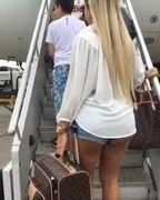 Flagra mulher gostosa usando shortinho embarcando no avião da TAM
