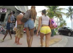 Flagra mulheres soltinhas andando de short mostrando bunda grande