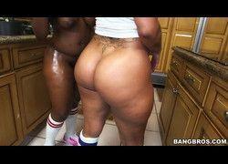 Rabudas Spicy J e Nina Rotti sacudindos suas bundas grandes na cozinha HD
