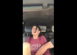 Vídeo tia safada abrindo as pernas para sobrinha mexe na sua bucetinha dentro do carro - PornHub