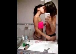 Vídeo duas novinhas mostrando peitos se beijando na frente do espelho do quarto - WhatsApp