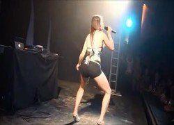 Video funkeira Mc Mayara no clip Ela Bandida com short cavado fazendo Pata de Camelo - Caiu na net