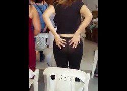 Video brasileira rabeta deliciosa assistindo culto de calça legging transparente mostrando sua bunda