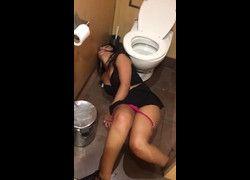 Vídeo filmou amiga bêbada baita gostosa jogada no chão quase sem calcinha no banheiro - WhatsApp