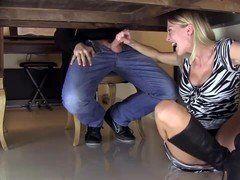 Video coroa fazendo boquete embaixo da mesa com marido na webcam