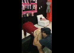 Video lambendo cuzinho da funcionária do sexshop e recebeu boquete no final - Caiu na net