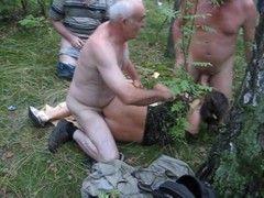 Vídeo morena cadela na suruba na floresta com velhos