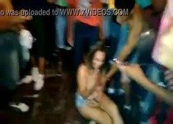 Video garota mostrando as tetas no meio da galera em Natal RN