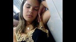 mulher vacilou de perna aberta no Metro dormindo - São Paulo SP