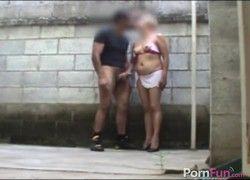 prostituta madura tocando punheta e fudendo ao ar livre