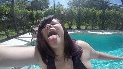 Video gordinha bunduda mostrou bumbum grande na piscina com amiga