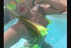 morena amadora de biquíni fio dental dançando na piscina