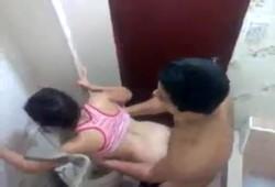 Mulher gostosa de Cuiabá MT traindo o marido no banheiro