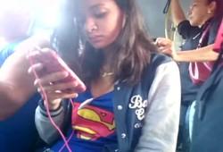 Flagrei morena olhando para meu pau dentro do ônibus