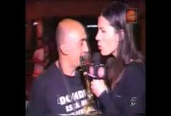 Repórter de TV passando mão nas partes íntimas durante o programa