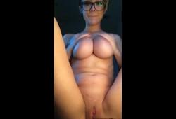 Solo peituda ser masturbando esfregando pepeca na webcam