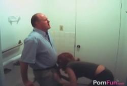 Rapidinha no banheiro do trabalhando fazendo sexo amador