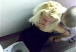 flagra loira gostosa metendo no banheiro da formatura