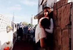 namorada amadora fez porno rapidinho atrás de casa