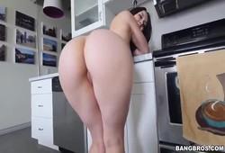 Gostosona bunda grande impressionante pelada na cozinha