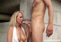 velha gostosa fez porno com novinho do pau duro