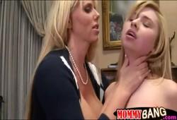 coroa MILF com tesão fez sexo quente com casal de adolescente