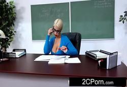 estudante recebeu um boquete da professora peituda na sala