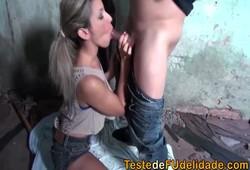 patricinha loira fez sexo quente na favela no barraquinho