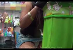 filmou a calcinha marcando da vendedora gostosa sentada de perna aberta