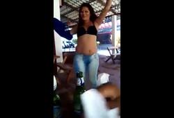Genro safado filmou a sogra bêbada mostrando os peitos no barzinho